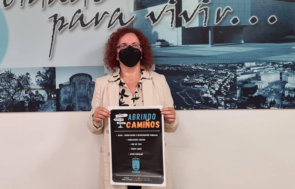 Catalina García mostrando el cartel de la iniciativa - FOTO: Concello de Narón