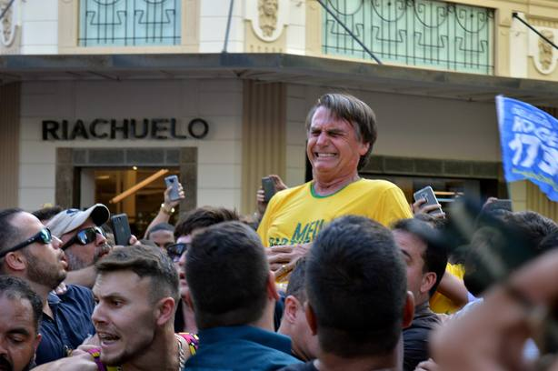 El candidato ultraderechista Jair Bolsonaro, apuñalado en Brasil