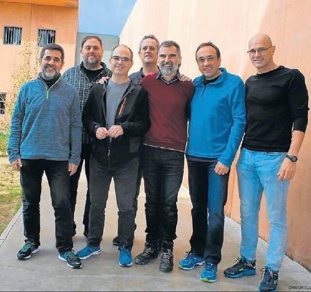Los presos de Lledoners muestran unidad en una foto y preparan acciones