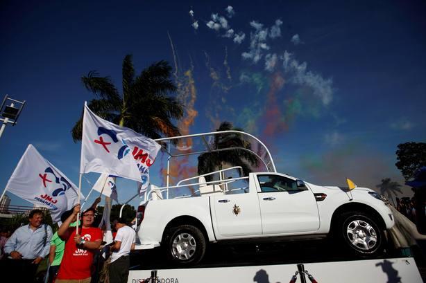Panamá devela el Papamóvil que usará Francisco en la Jornada de la Juventud