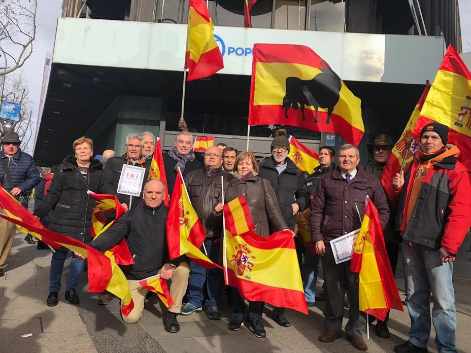 Un grupo de lucenses viajó a Madrid para participar en la manifestación y reclamar elecciones