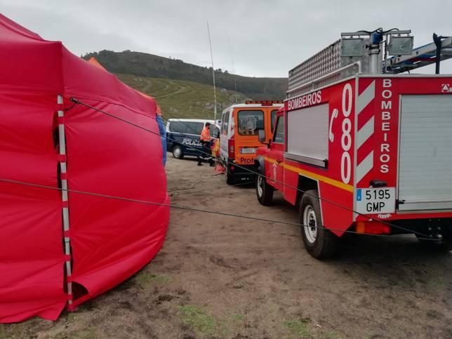 Operativo de búsqueda instalado en Punta Penencia, en Doniños, con varios efectivos de emergencias