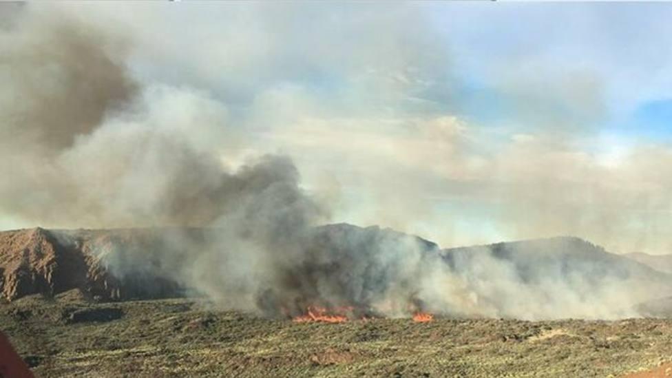 El viento y el acceso dificultan la extinción del fuego del Teide