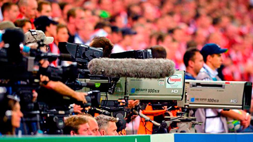 Cámaras de televisión durante un partido de fútbol (IMAGEN: RFEF)