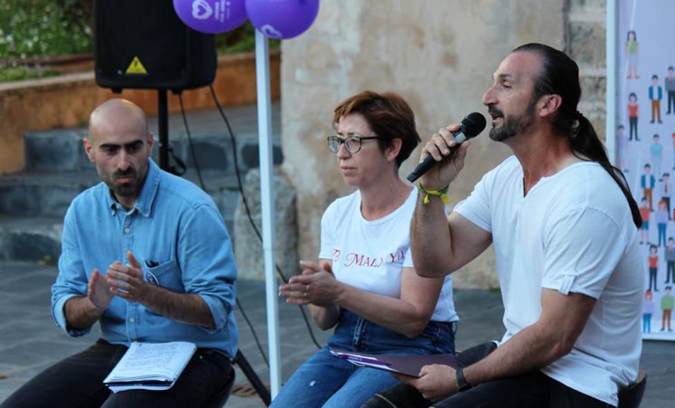 Juan Carlos Santana (con el micrófono) será el alcalde de Jerez de los Caballeros. Foto: Unidas Podemos