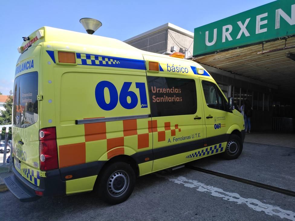 Foto de archivo de una ambulancia del 061-Urxencias Sanitarias ante el Hospital Arquitecto Marcide