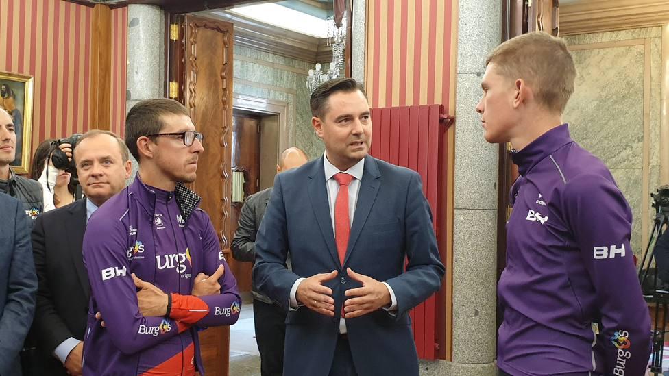El alcalde de Burgos, Daniel de la Rosa, conversa con Ángel Madrazo y Jetse Bol, ciclistas del Burgos BH