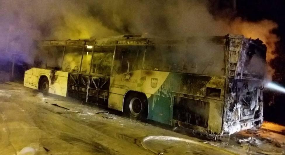 Imagen del autobús calcinado tras la intervención de los bomberos