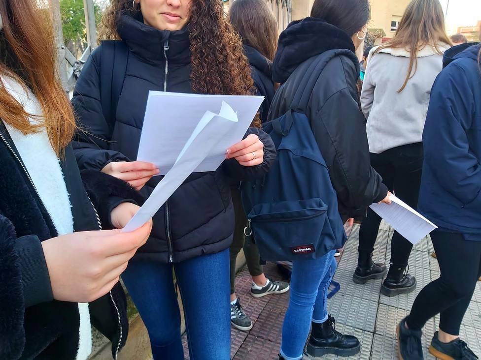 500 alumnos de la Concertada que pierden ayuda económica preguntan cómo trasladar su expediente a la Pública