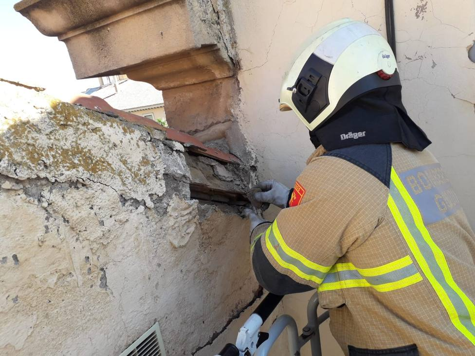 Los Bomberos de Guadix actúan en una fachada y una cornisa tras la caída de cascotes a la calzada.