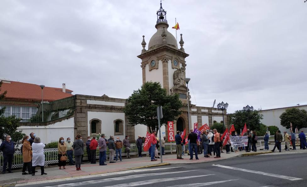 Concentración ante una de las entradas al Arsenal Militar de Ferrol - FOTO: CCOO