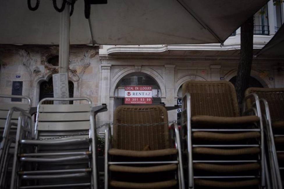 Sillas recogidas de una terraza de un bar cerrado, octubre 2020
