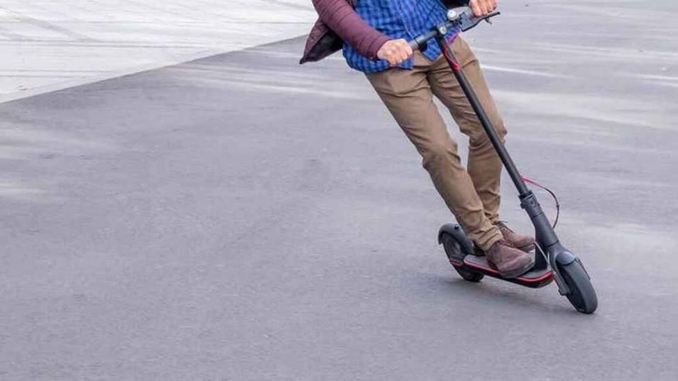 Desde hoy está prohibido que circulen patinetes por la acera.