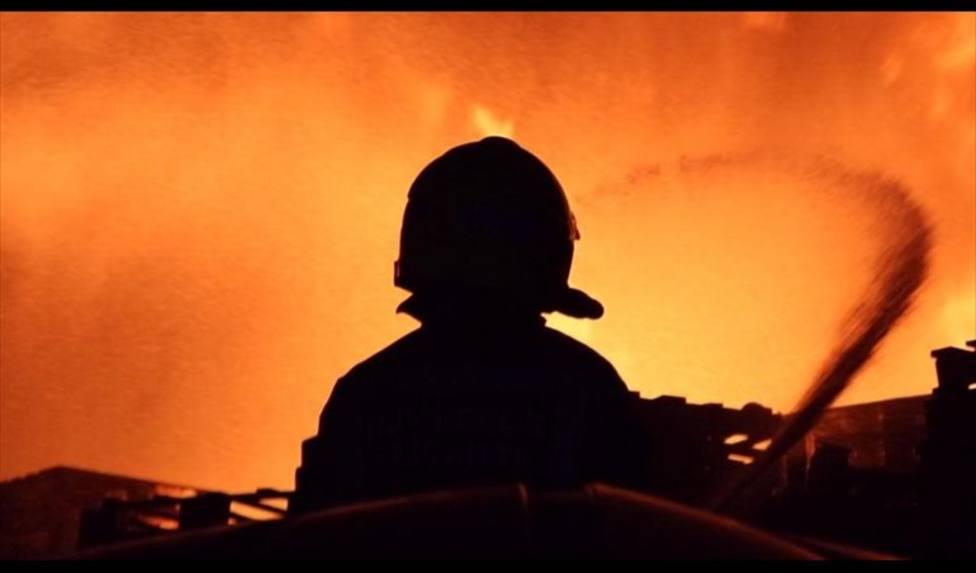 Extinguen un incendio industrial en una fábrica de palets y la Policía investiga si es intencionado