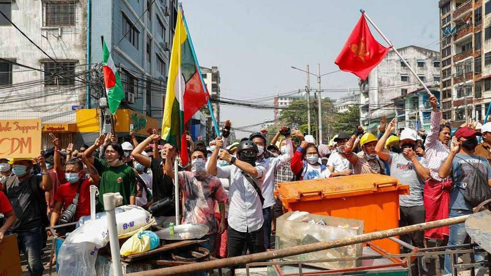 El gesto heroico de una religiosa frente a la policía que salvó a más de 100 manifestantes en Birmania