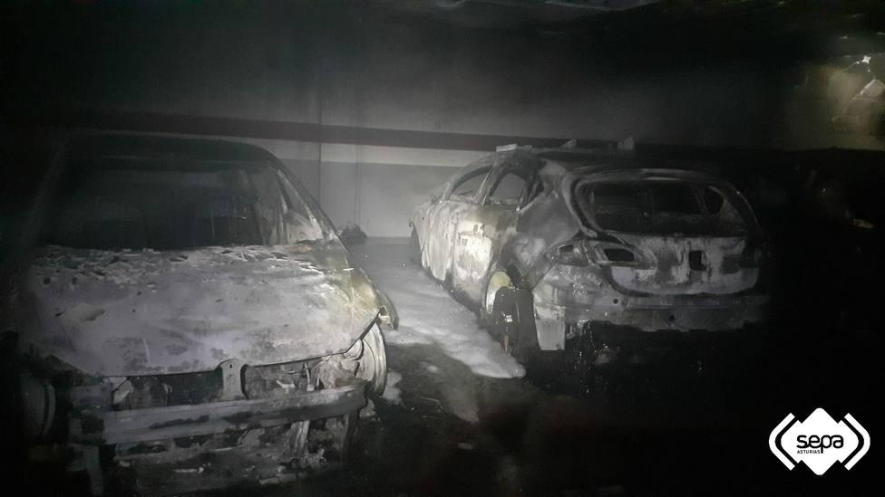 Coches calcinados en el incendio de un garaje en Navia