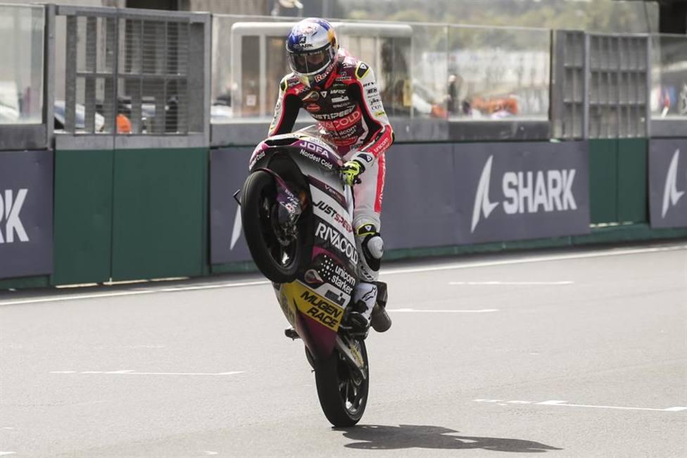 Sergio García levanta la moto al entrar en meta