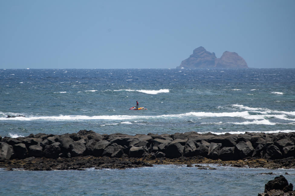 Rescatan a 45 subsaharianos, 8 niños entre ellos, al sur de Gran Canaria