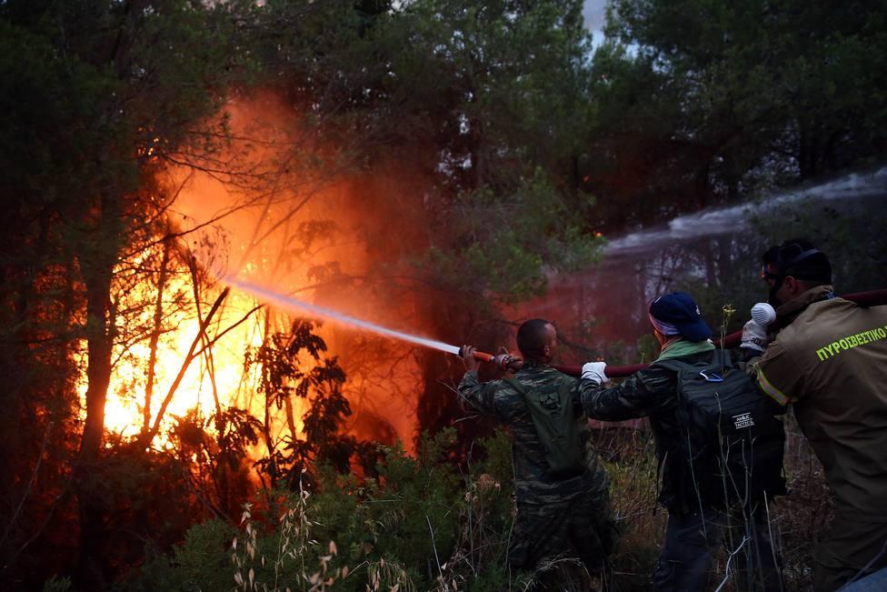 Grecia continúa haciendo frente a los incendios descontrolados