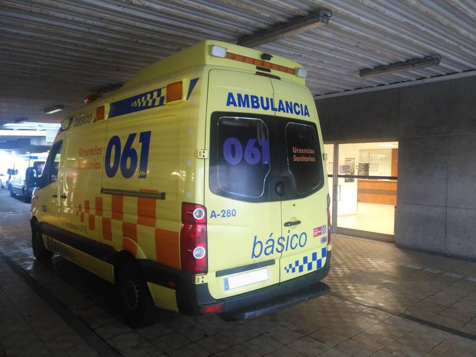 Una ambulancia del 061 llega a la unidad de Urgencias, en el HULA