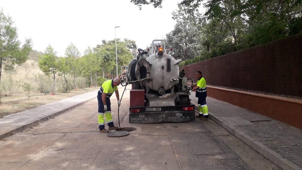 Limpieza de imbornales en Toledo ante la previsión de fuertes lluvias este martes