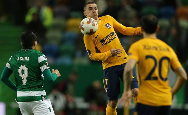 Griezmann controla un balón en Lisboa ante Acuña. EFE