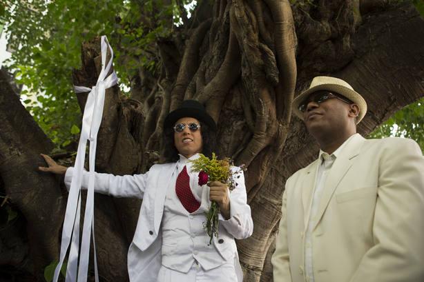 Un actor peruano se casa con un árbol en Santo Domingo para denunciar la tala
