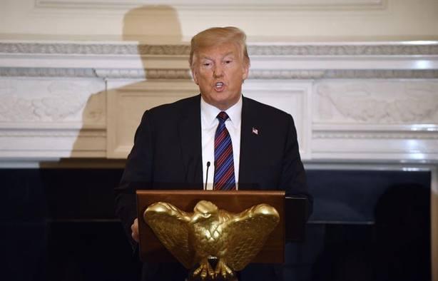 Trump tarda dos días en elogiar a McCain tras su muerte
