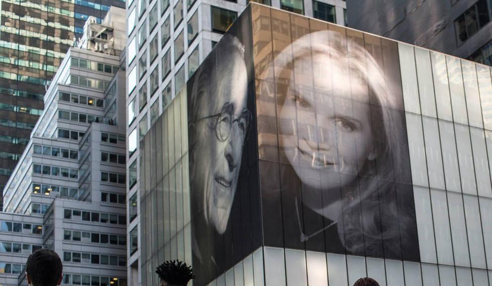 Una venganza de época: cuelga una foto gigante con nueva esposa frente al apartamento de su ex