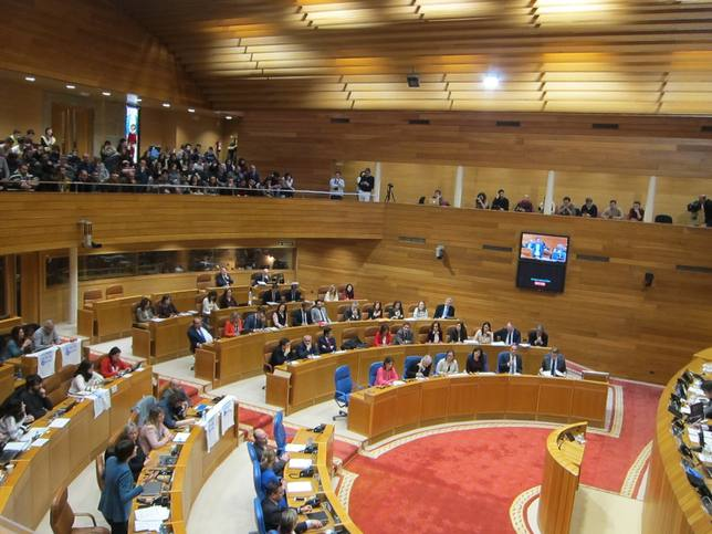 Pleno del Parlamento de Galicia, con los trabajadores de Poligal en la tribuna de invitados - Europa Press