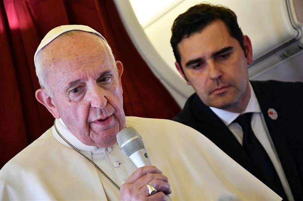 El Papa en el vuelo a Roma: Los que construyen muros terminarán encarcelados