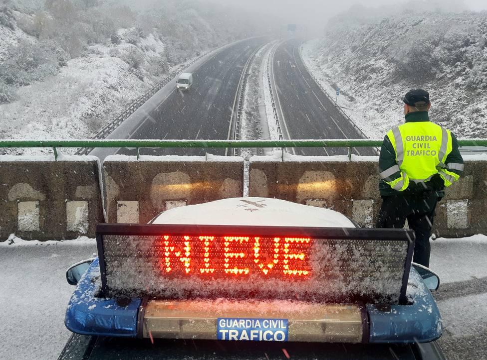 Un agente de la Guardia Civil vigila la circulación con nieve - FOTO: Guardia Civil