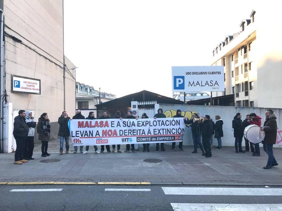 Concentración en Cambre a las puertas de un centro de trabajo del Grupo Malasa - FOTO: Cedida
