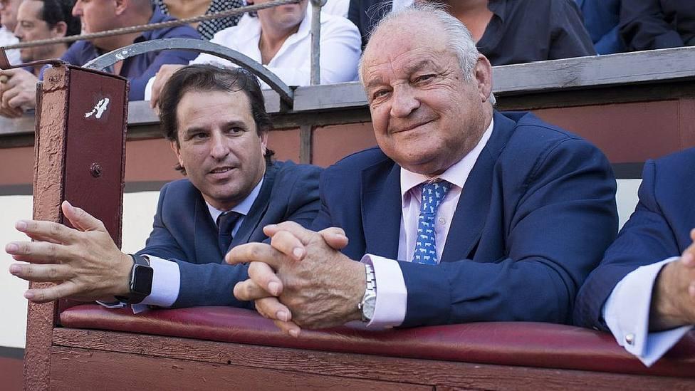 Borja Domecq Solís junto a su hijo Borja Domecq Noguera en la plaza de Las Ventas
