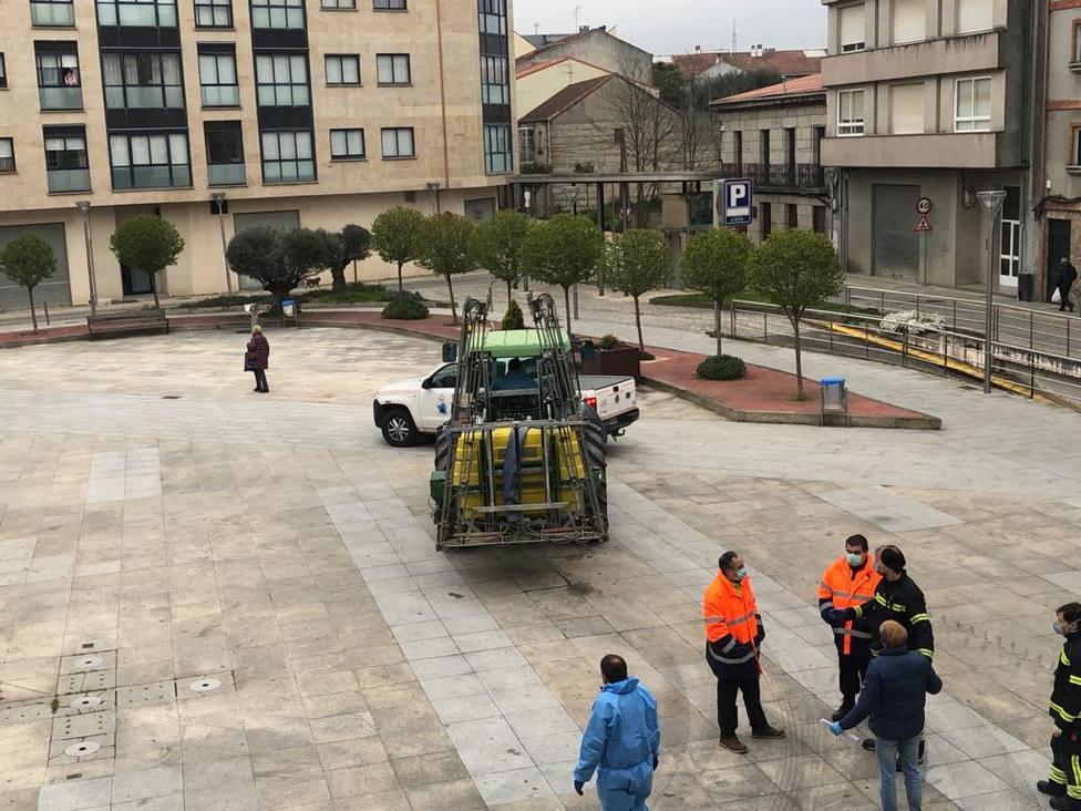 Agricultores, bomberos y voluntarios de Protección Civil en la plaza Carlos Casares