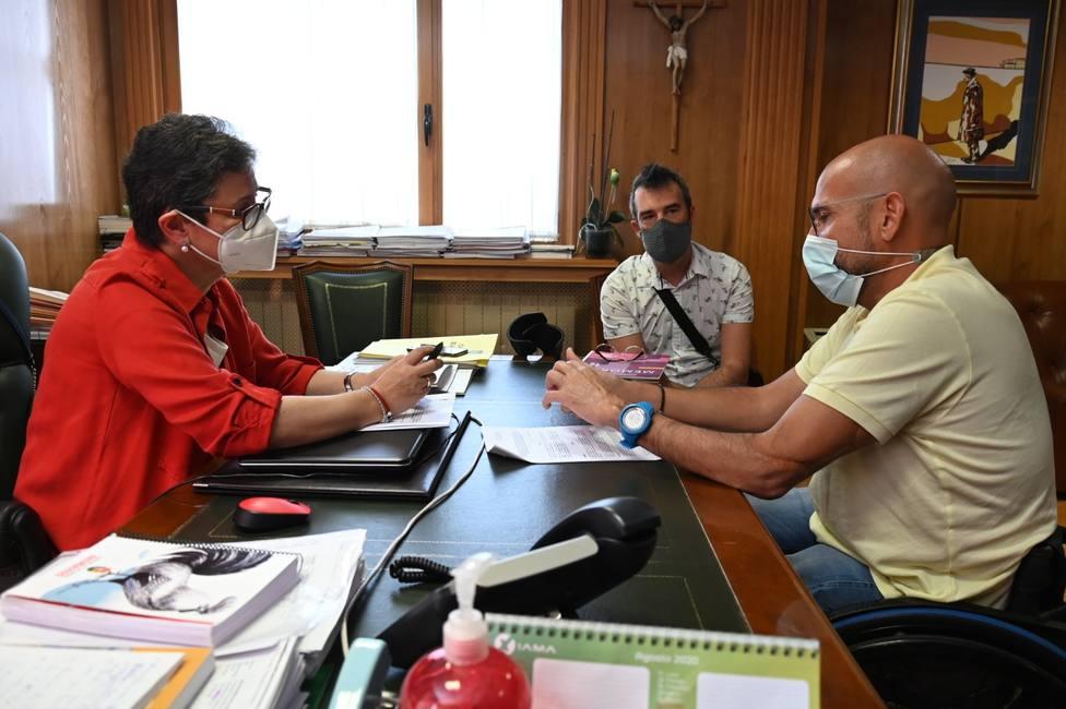 La alcaldesa de Xinzo, Elvira Lama, y el presidente de COGAMI, Anxo Queiruga en la firma del convenio.