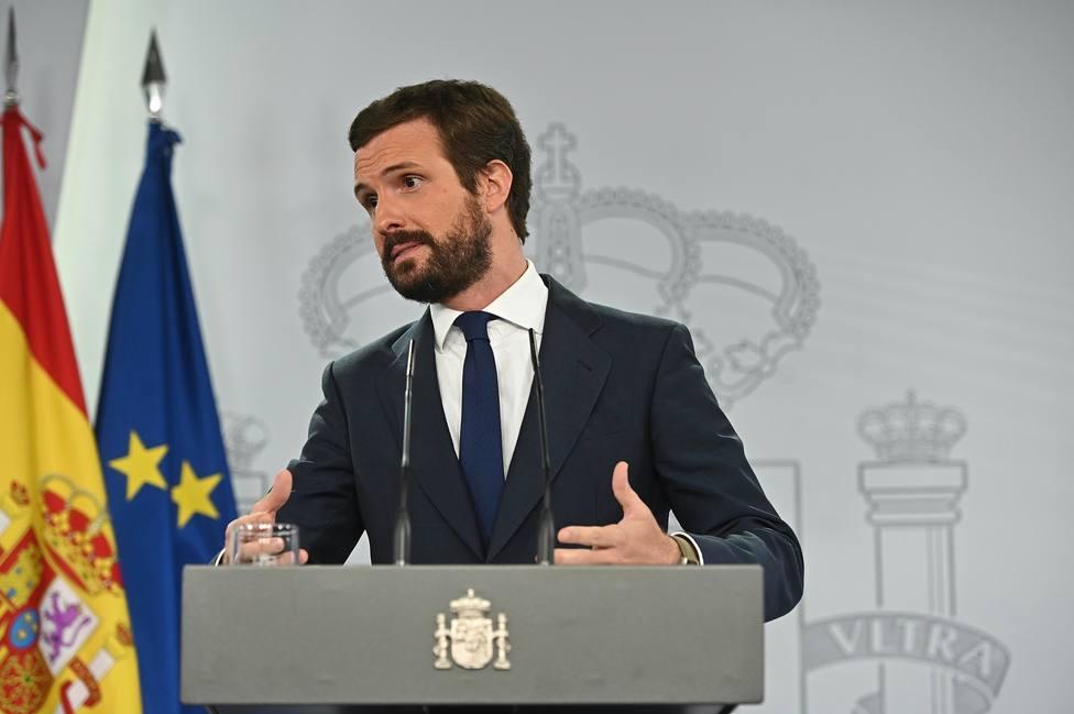Casado tacha a Sánchez de cómplice y cobarde por no defender al rey ante las críticas contra la monarquía