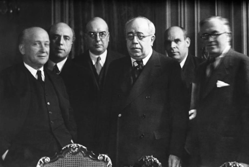 Manuel Azaña en el centro de la foto junto a parte de su gobierno en noviembre de 1936