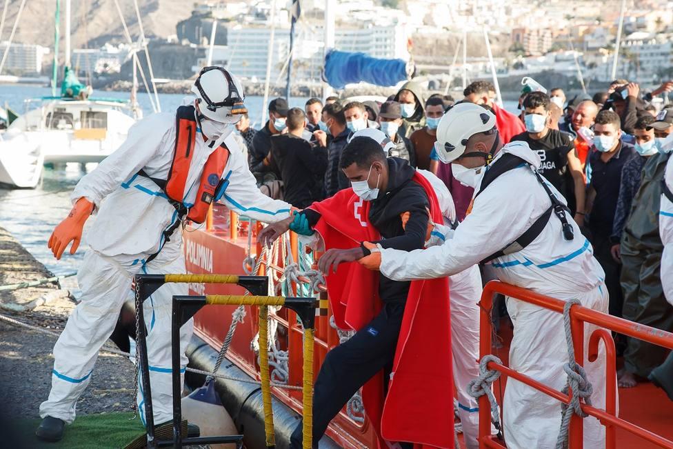 El Gobierno 'encierra' en carpas a los inmigrantes de Canarias y se ve incapaz de dar una solución