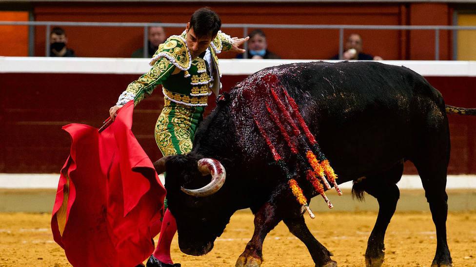 Gómez del Pilar durante la faena a su primer toro de Miura, al que cortó una oreja