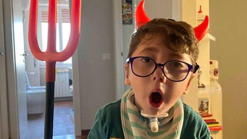Sirio tiene 7 años y pese a su parálisis cerebral se ha convertido en todo un influencer en las redes sociales