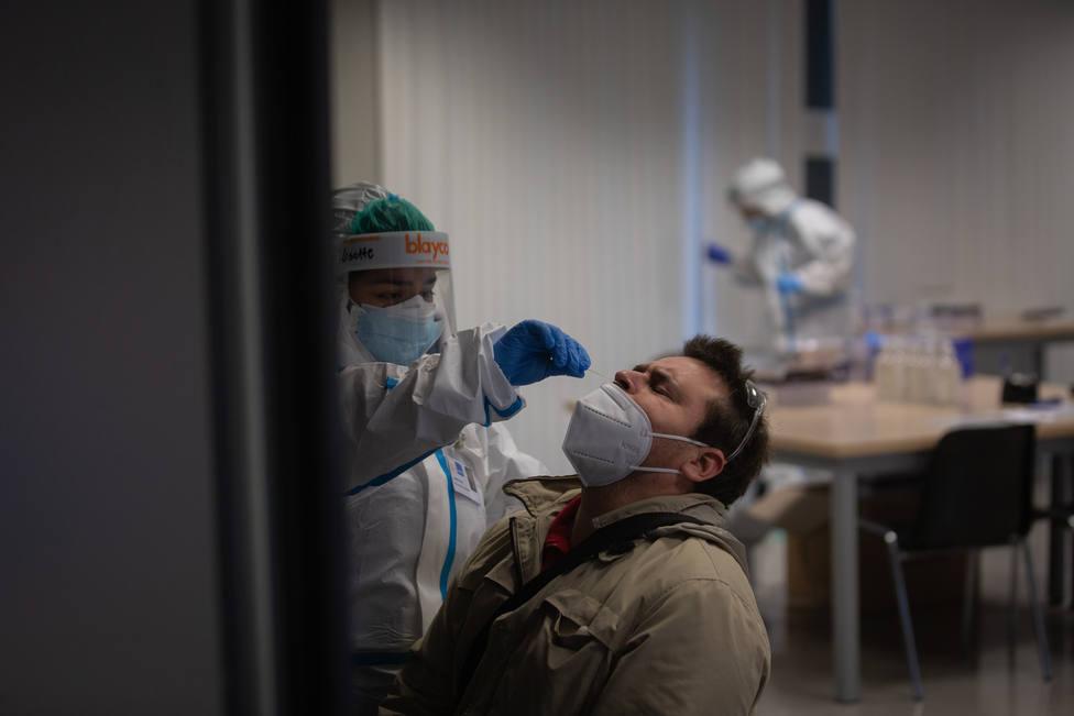 Foto de archivo de una sanitaria haciendo una prueba PCR - FOTO: Europa Press / David Zorrakino