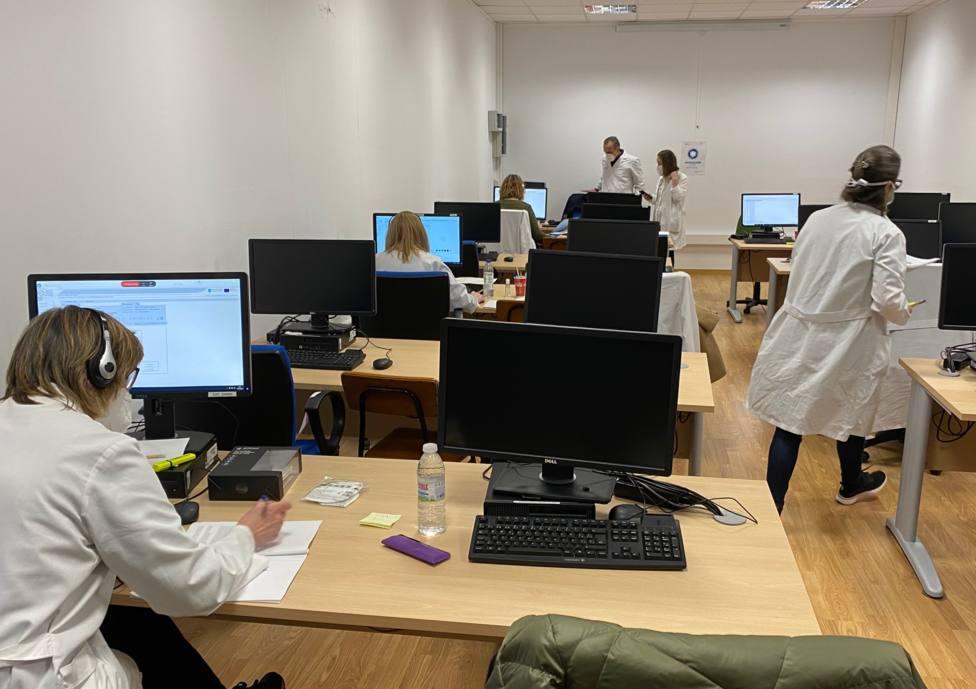 Profesionales en la central de citación del Área Sanitaria de Ferrol - FOTO: Sergas