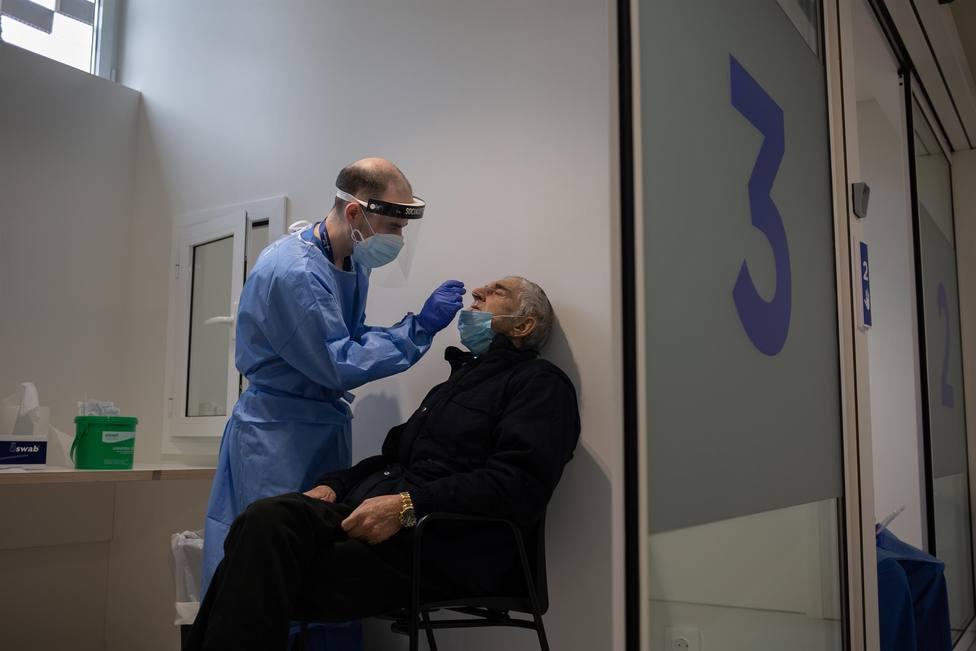 Un hombre se somete a una prueba PCR en el edificio Garbí-Vall de Hebrón (Barcelona)