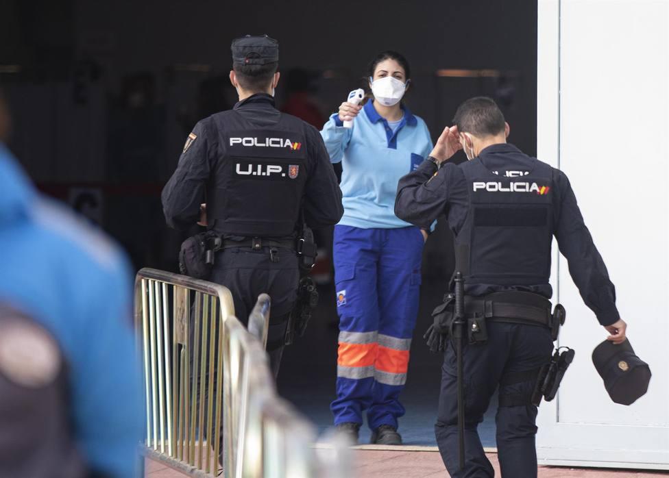 Policías nacionales acceden a un centro de vacunación en Sevilla - Maria José López - Europa Press - Archivo