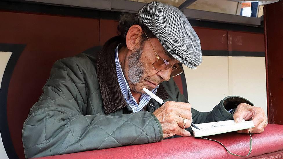 César Palacios en un burladero del callejón de la plaza de toros de Las Ventas