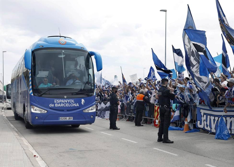 Más de un millar de aficionados periquitos celebran el ascenso del Espanyol