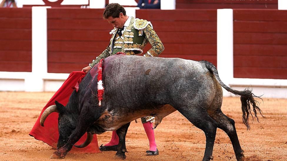 Derechazo de Ginés Marín durante su actuación este viernes en Gijón