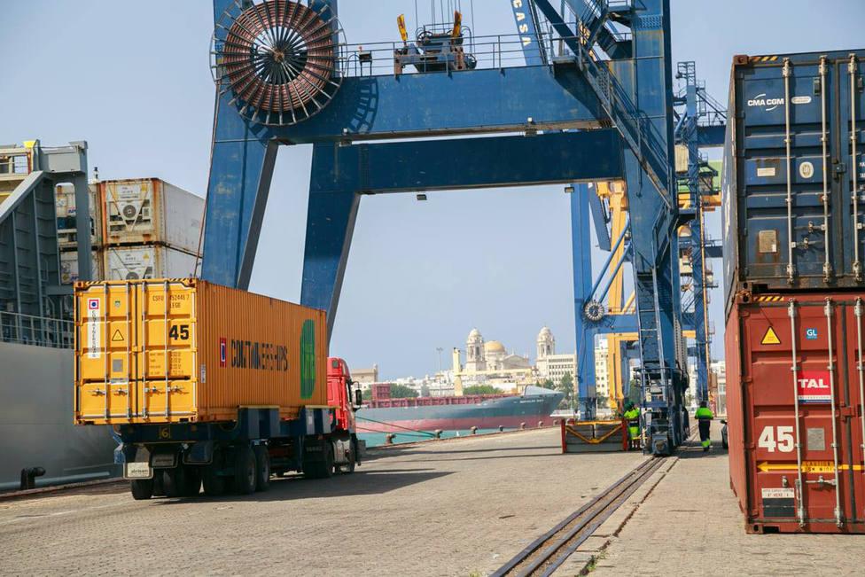 Contenedores en el puerto de Cádiz