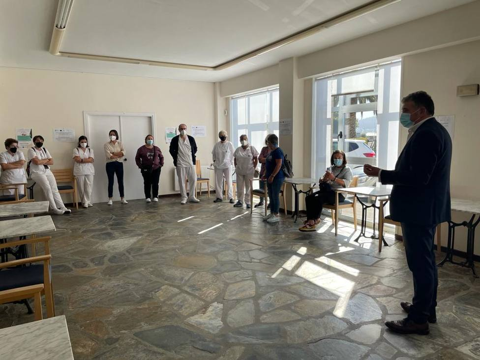 El alcalde fue el encargado de entregar los diplomas - FOTO: Concello de Narón